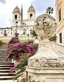 Die Spanische Treppe zum Geburtstag Roms voller Azaleen aber menschenleer